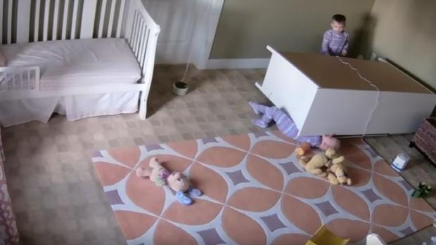 西班牙语阅读: 一名两岁儿童救出了压在衣柜低下险些丧命的孪生弟弟