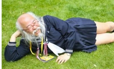 西语阅读:日本老头上演少女制服诱惑