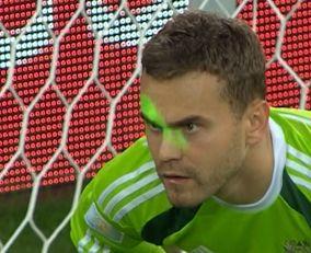 慢速西语:俄罗斯足球队守门员遭激光棒照射