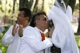 西语新闻:哥伦比亚一男子与树结婚
