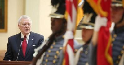 慢速西语:美国佐治亚州长否决反同法案