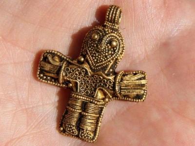 慢速西语:业余金属探测者发现可能改变丹麦基督教历史的古代挂坠